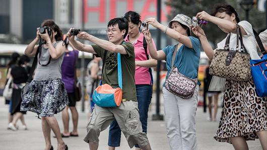 101079913-tourists.530x298